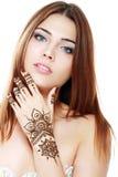 有mehandi的美丽的女孩 库存照片