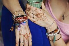 有mehndi的女性手 库存照片