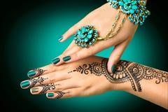 有mehndi纹身花刺的妇女的手 免版税图库摄影