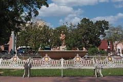有mestiza vallisoletana的纪念碑的喷泉在公园弗朗西斯科小行政区rosado的,巴里阿多里德,墨西哥 库存照片
