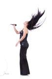 有mic的年轻女歌手 免版税库存图片