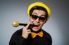 有mic的滑稽的人在卡拉OK演唱概念 免版税库存照片
