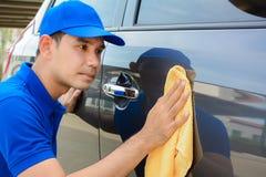 有microfiber布料的一辆人清洁汽车 库存照片