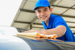 有microfiber布料的一辆人清洁汽车 免版税库存图片