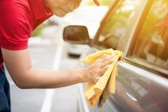 有microfiber布料的一辆人清洁汽车 库存图片