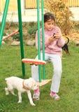 有MOBIL电话的女孩在摇摆 库存照片