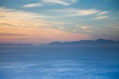 有montains的印度洋在开普角 免版税库存照片