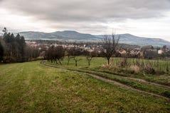 有Moravskoslezske Beskydy山小山的Jablunkov市在背景的在捷克共和国 库存图片