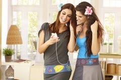 有MP3播放器的俏丽的女孩 免版税库存图片