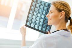 有MRI的放光的千福年的实习者扫描图象在诊所 库存图片