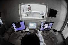 有MRI计算机控制的兽医医生 免版税库存图片