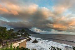 有Mt的海岸线路 在日落,鹿儿岛,日本的Kaimon 图库摄影