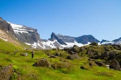 有Mt的远足者 Dyrfjöll门山在背景中 免版税图库摄影