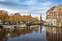 有Munttower的河Amstel在背景中 免版税图库摄影