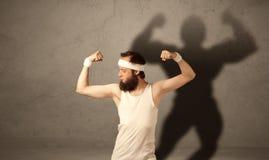 有musculous阴影的皮包骨头的人 免版税库存照片