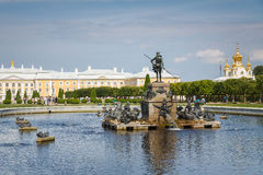 有Neptun喷泉的上部公园在Petergof,俄罗斯 免版税库存照片