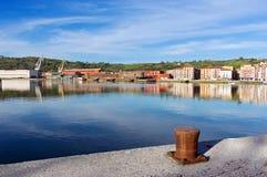 有Nervion河、系船柱和起重机的Erandio房子 库存图片