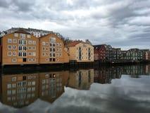 有Nidelva河的,特隆赫姆,挪威老木房子 免版税图库摄影