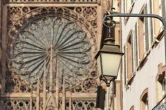 有Notre Dame的老街灯在背景中在史特拉斯堡 免版税库存照片