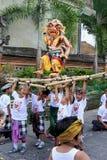 有ogoh ogoh恶魔玩偶的孩子在Nyepi节日在巴厘岛 免版税图库摄影