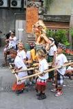 有ogoh ogoh恶魔玩偶的孩子在Nyepi节日在巴厘岛 免版税库存照片