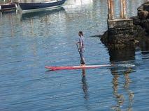 有padleboard的人在港口Co 安特里姆 图库摄影