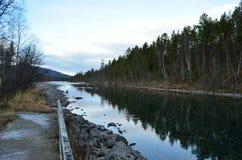 有parallell森林风景的长的河 图库摄影