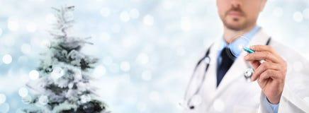 有pe的圣诞节医疗党概念手医生触摸屏 免版税图库摄影