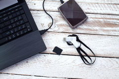 有pendrive, sd卡片和便携式的硬盘的膝上型计算机 免版税库存图片