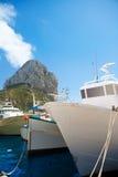 有Penon的de Ifach Calpe阿利坎特渔船 免版税库存图片