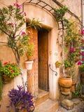 有pictuesque门道入口的地中海房子 免版税库存照片