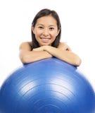 有pilates球的妇女 免版税库存照片