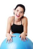 有pilates的妇女执行球。 免版税库存图片