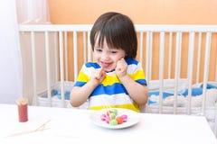 有playdough棒棒糖的愉快可爱的小男孩和toothpic 免版税库存图片