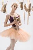 有pointe鞋子的白肤金发的芭蕾舞女演员 库存照片