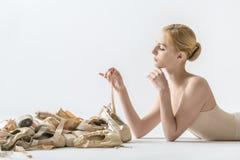 有pointe鞋子的芭蕾舞女演员 免版税库存图片