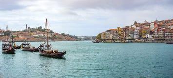 有rabelos小船和葡萄酒的杜罗河河在波尔图波尔图都市风景全景滚磨 库存照片