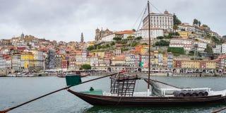 有rabelos小船和葡萄酒的杜罗河河在波尔图波尔图都市风景全景滚磨 免版税库存图片