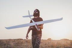 有RC滑翔机的人在他的手上 库存照片