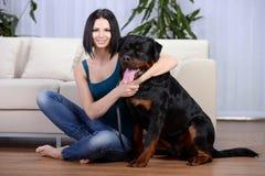有Rottweiler狗的妇女 免版税库存图片
