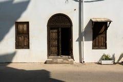 有s门的白色石墙 库存图片