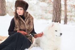 有samoed狗的女孩 库存照片