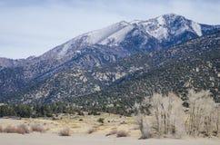 有Sangre de克里斯多Mountains的高山峰顶的大沙丘国家公园 免版税库存照片