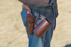 有scenographic枪的参加者在风滚草节日期间 免版税库存图片