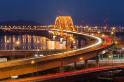 有Seongsan桥梁的汉江在晚上在汉城,韩国(长的曝光) 库存照片