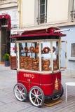 有simits的(土耳其百吉卷)流动推车在伊斯坦布尔,土耳其 图库摄影
