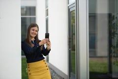 有smartphone的女商人 免版税库存图片