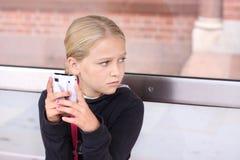 有smartphone的女孩 免版税库存照片