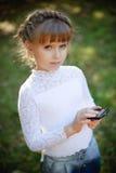 有smartphone的女孩 图库摄影