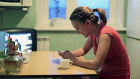 有smartphone的妇女 影视素材